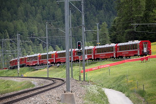 Rhätische Bahn RhB Triebwagen für die Berninabahn ABe 4/4 III 56 mit Taufname Corviglia ( Inbetriebnahme 1990 - Hersteller SLM ABB ) bei Pontresina im Engadin im Kanton Graubünden - Grischun der Schweiz