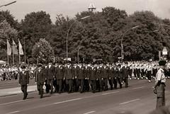 Letzte Parade der Alliierten In Berlin 1989 (rieblinga) Tags: berlin letzte parade der alliierten schutzmächte strase des 17 juni analog usa grosbritannien frankreich revue ac4 ilford fp4