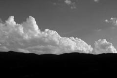 ... tons de gris ... (Lluís Vicens (sense temps per a res!)) Tags: núvols muntanyes paisatge cerdanya catalunya aire negre blanc sony a580