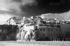 Mos Eisley (Christian Hacker) Tags: albufeira algarve beach portugal blackandwhite bw mono monochrome limestone cliff buildings houses architecture travelphotography canon eos50d tamron 1750mm sand