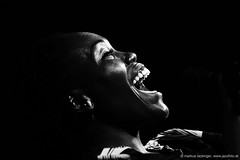 Chanda Rule: vocals (jazzfoto.at) Tags: skancheli sony sonyalpha sonyalpha77ii alpha77ii sonya77m2 portrait retrato portret inntöne inntöne2018 diersbach sauwald jazzambauernhof jazzfestival musiker musik music bühne concerto concierto конце́рт wwwjazzfotoat jazzfoto jazzphoto markuslackinger jazz jazzlive livejazz konzertfoto concertphoto liveinconcert stagephoto blitzlos ohneblitz noflash withoutflash sw bw schwarzweiss blackandwhite blackwhite noirblanc bianconero biancoenero blancoynegro zwartwit pretoebranco