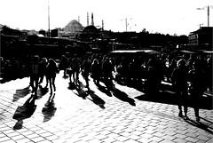 spi_380 (la_imagen) Tags: türkei turkey türkiye turquía istanbul istanbullovers eminönü sw bw blackandwhite siyahbeyaz monochrome street streetandsituation sokak streetlife streetphotography strasenfotografieistkeinverbrechen menschen people insan light shadow licht schatten gölge ışık silhouette silhuette siluet camii mosque süleymaniye