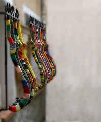 Fenêtres au chaud (Pi-F) Tags: fenetre barreau protection décoration couleur tricot laine rue jalousie