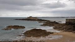 Le fort National vu des remparts de St Malo. (maxguitare1) Tags: baiedestmalo manche mer mar sea eau agua acqua water remparts almenas merli battlements ile with con nikon bretagne