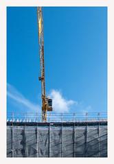 Baustelle mit blauem Himmel (K.Rahn) Tags: annehmlichkeit arbeit architekt architektur baustelle beton blueprint bonus business engineer gebäude gerüst haus ingenieurwesen innenstadt instandsetzung kräne renovieren stadt strukturen zement zivil besitz konstruktion lyon mehrfamilienhaus zuhause