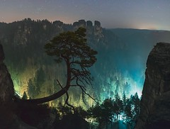 Theater der Nacht - Theatre of Night (Philipp Zieger - www.philippzieger-photographie.de) Tags: saxonswitzerland elbsandsteingebirge pölkingkiefer bastei bergwelt magic magie baum pinetree kiefer dreams träume landscape landschaft sterne stars theater nacht night