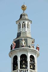 DSC_3888  Glockenspielturm am Rathaus von Roermond. das Rathaus wurde im Jahr 1700 auf einem aus dem 13. Jahrhundert stammenden Kellergewölbe erbaut. (stadt + land) Tags: glockenspielturm rathaus niederlande roemond hansestadt hanse neuehanse fluss maas rur grenze deutschland einkauf outlet grenzstadt