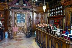 Venise - Vieille pharmacie. XVIIIème (Gilles Daligand) Tags: venise pharmacie vieille oldpharmacy xvièmesiècle boiseries pots marbres