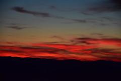 DSC_9336 (griecocathy) Tags: coucher soleil ciel montagne paysage noir rouge jaune rose bleu beige gris bleutée lumineux