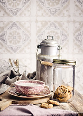 Desayuno a la antigua... (Soniaif) Tags: azulejos desayuno fondos fotoculinaria galletas rosa breakfast backdrops foodphotography cookies pink milk vintage