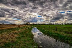wolkig im westen (fotos_by_toddi) Tags: fotosbytoddi voerde niederrhein nrw nordrhein westfalen wolken clouds cloudy bewölkt sony sonya7 sonyalpha7 sky alpha a7 alpha7 wasser wasserlauf bach feld felder stimmung