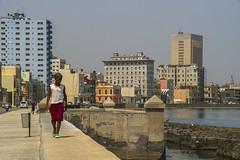 Caminando por el malecón - La Habana (Alphonso Mancuso) Tags: canon10d sigma18200 cuba habana havana lahabana malecón paseo street