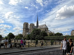 Les passants de Notre-Dame (Jean S..) Tags: architecture ancient old outdoors notredame people city bridge street streetphotography church