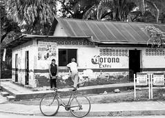 Rifa de cazuela (Marcos Núñez Núñez) Tags: bicicleta bycicle casa calle streetphotography fotografíacallejera oaxaca chiltepec urban bw muchacha corona blackandwhite orgánico plástico cazuela rifa pueblo chinanteco chinantla