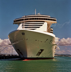 MSC SEASIDE (John von Friedhof) Tags: cruiseship ricohmatic225 mediumformat film kodak ektar colors msc water caribbean seaside