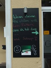 … und Schnaps (mkorsakov) Tags: dortmund city innenstadt innenstadtost kneipe pub schild sign tafel board handschrift handwriting pfeil arrow schnaps schnapps smiley