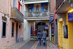 Streets and alleys of Collioure (Domènec Ventosa) Tags: collioure francia calles callejones gente tiendas casas arquitectura france streets alleyways people shops houses architecture