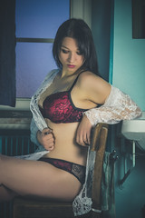 Elise (www.michelconrad.fr) Tags: vert rouge bleu canon eos6d eos 6d ef24105mmf4lisusm 24105mm 24105 femme modele portrait studio salledebains miroir lingerie lavabo