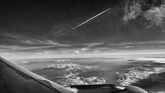 Chacun sa route (Alexandre DAGAN) Tags: noir blanc black white noiretblanc noirblanc blacknwhite blackandwhite blackwhite ciel cielo sky skylover avion plane vol flight france nuages clouds hublot porthole
