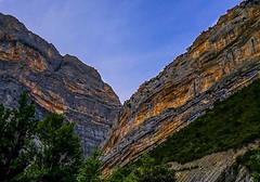 Paisajes de la Tierra (<María>) Tags: paisaje montaña cielo hierba ladera cañón sky españa spain arboles naturaleza