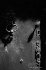 Clos_0007 (hervv30140) Tags: porte bois serrure marteau ombre noir blanc vieux ancien
