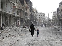 Envoltats de guerra FOTO: Abdulmonam Eassa / AFP (ARA) (Jordi Bernabeu) Tags: war horizontal arbin syria syr