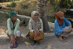 "INDONESIEN, Java, Besuch im Dorf Somokerto, three old ladies , 17293/9823 (roba66) Tags: reisen travel explorevoyages urlaub visit roba66 asien südostasien asia eartasia ""southeastasia"" indonesien indonesia ""republikindonesien"" ""republicofindonesia"" inselstaat java menschen people leute frau woman portrait femme lady portraiture dorf village somokerto dorfbewohner"