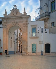 Martina Franca, Puglia, 2017 (biotar58) Tags: martinafranca puglia italia apulien italien apulia italy southernitaly southitaly streetphotography russar20mm56 russar