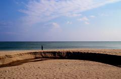Quando l'arena è di rena (meghimeg) Tags: 2018 savona spiaggia beach arena sabbia sand mare sea acqua water cielo sky nuvole clouds fiume river foce