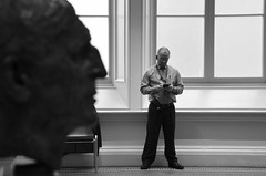 National Gallery Dublin 3 (soyer_rodrigue) Tags: irlande irland dublin howth nikon d5100 noiretblanc blackandwhite blackwhite bw nb monochrome national gallery museum musée buste garda guard security people