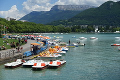Pedal boats @ Pont des Amours @ Annecy (*_*) Tags: annecy hautesavoie france 74 europe savoie may 2018 spring printemps sunny afternoon lakeannecy lacdannecy lake lac pontdesamours bridge