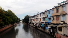 Canal Banglamphu (Raúl Alejandro Rodríguez) Tags: canal agua water árboles trees puente bridge casas houses banglamphu bangkok tailandia thailand