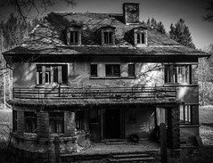 Lost Places (gerhardschorsch) Tags: sony light lostplace lost ilce7r a7r available availablelight monochrom schwarzweis zeiss za 55mm fe55mmf18za haus kontrast villa fabrikantenvilla