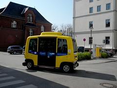 """Was ist Quietschgelb und hat vier Räder? """"Ein Brotkasten"""" - nun ja nicht ganz . Das sind die neuen selbstfahrenden Kleinbusse auf dem Campus der Charite Berlin 18-04-2018 (Detlef Wieczorek) Tags: krankenhaus charite campuscharite berlin berlinmitte fahrerlosekleinbusse fahrerlos kleinbusse bvg öpnv"""