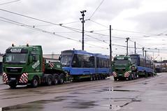 Doppelter Schwertransport: Am Vormittag werden die beiden Münchner Neulinge 2701 und 2751 von ihren Transportfahrzeugen hinabgelassen (Frederik Buchleitner) Tags: 2701 anlieferung avenio betriebshof betriebshof2 mvg munich münchen schwertransport siemens strasenbahn streetcar twagen t2 tram trambahn
