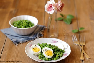 Piselli con uova soda e ricotta salata
