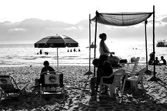 barracas (renanluna) Tags: praia beach mar sea oceano ocean monocromia monochromatic pretoebranco blackandwhite pb bw sãosebastião ilhabela sp br 55 fuji fujifilm fujifilmxt1 xt1 35mm fujinon35mmf14xfr fujinon