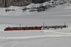 Triebwagen BDhe 4/8 212 der Jungfraubahn JB im ABB - Design ( Baujahr 1992 - Hersteller SLM Nr. 5486 - Zahnradbahn 1000 mm - Werbezug seit 13.06.17 ) im Winter mit Schnee ob der Kleinen Scheidegg im Berner Oberland im Kanton Bern der Schweiz (chrchr_75) Tags: christoph hurni chriguhurni chriguhurnibluemailch chrchr april 2018 chrchr75 schweiz suisse switzerland svizzera suissa swiss albumbahnenderschweiz albumbahnenderschweiz20180106schweizer bahnen bahn eisenbahn train treno zug juna zoug trainen tog tren поезд lokomotive паровоз locomotora lok lokomotiv locomotief locomotiva locomotive railway rautatie chemin de fer ferrovia 鉄道 spoorweg железнодорожный centralstation ferroviaria kantonbern berneroberland berner oberland jungfraubahn zahnradbahn chrigu