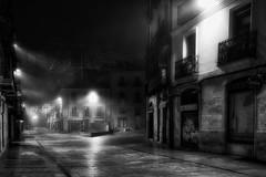 En la oscuridad de la noche, la niebla sola pasea - In the dark of the night, the fog alone walks (Cembe Héctor) Tags: niebla fog noche nocturna calle street ciudad city spain españa bella nice salamanca bw blanco negro nuit rue brouillard nebbia notturna black white