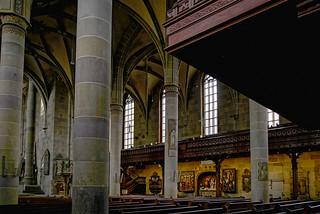 Farben und Bilder an gotischen Säulen