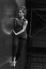 Verticalidad (Soledad Bezanilla) Tags: verticalidad verticality portrait instantes momentos luz light arte art woman vida life fotografia photography lowkey profundidaddecampo soledadbezanilla canoneos7d moments instants