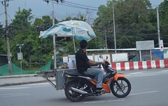 going around the traffic circle with a meatball vendor (the foreign photographer - ฝรั่งถ่) Tags: meatball vendor motorcycle umbrella laksi traffic circle bangkhen bangkok thailand nikon d3200