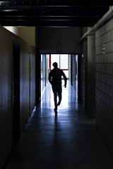 Escape (Fofinho Onimura) Tags: couloir course contrast silhouette