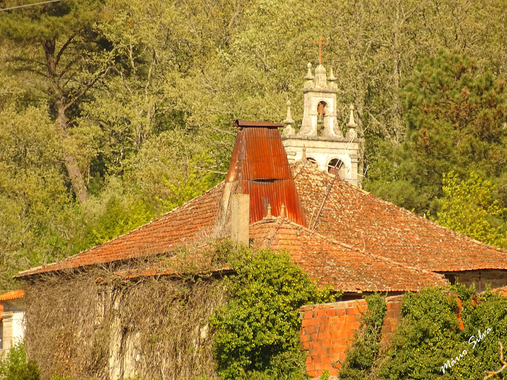 Águas Frias (Chaves) - ...as torres: da cheminé e da torre sineira da igreja matriz ...