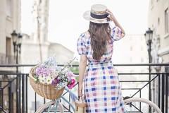 La vida no se mide en minutos, se mide en momentos (kinojam) Tags: primavera spring flores flowers sombrero hat retrato portrait chica girl glamour bicycle bicicleta fashion kino kinojam canon canon6d