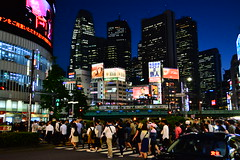 (Vitor Nisida) Tags: shinjuku tokyo toquio tōkyō japao japão japon japan nihon urban urbana urbanphotography streetphotography street rua skyscraper arranhaceu noturna noite night nightphotography nightlights citylights skyline