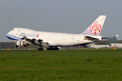 B-18720, Boeing 747-409F, China Airlines Cargo (Freek Blokzijl) Tags: chinaairlines cargoplane freighter dynasty chinaairlinescargo boeing747f widebody jumbo arrival landing touchdown aalsmeerbaan rwy36r evening amsterdamairport schiphol eham luchthaven landingsbaan plansepotting vliegtuigspotten canon eos7d 70200l28isusm
