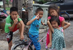 children making faces (the foreign photographer - ฝรั่งถ่) Tags: dscmay212016sony four children bicycle khlong thanon portraits making faces bangkhen bangkok thailand sony rx100