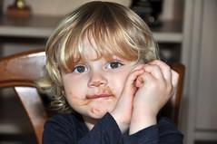 C'est tout ce qui reste de l'oeuf de Pâques. (maxguitare1) Tags: fillette littlegirl bambina niña nikon gard france portrait ritratto retrato