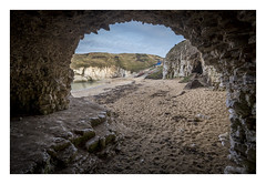 Undermined. (Anscheinend) Tags: cave höhle undermined england uk yorkshire northlanding flamborough beach lido praia playa strand sea landscape seascape paysage paesaggio paisagem perspective frame framed cliff klippen nature natur northsea outside water
